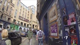 Pilbågen och Victoria Street för Edinburg shoppar den västra med färgrikt i den gamla staden, Edinburg, Skottland stock video