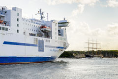 Pilbågesikt av det Nils Holgersson passagerareskeppet Royaltyfri Foto