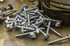 Pile aléatoire des boulons en acier ou des vis filetés hexagonaux Photographie stock libre de droits