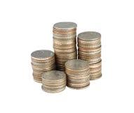 Pile argentée de pièces de monnaie de la Thaïlande d'isolement sur le blanc Photos libres de droits