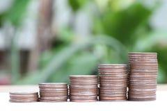 Pile argentée de pièces de monnaie de la Thaïlande dans le concept de croissance d'affaires Photo stock