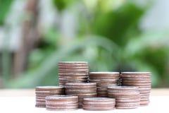 Pile argentée de pièces de monnaie de la Thaïlande dans le concept de croissance d'affaires Photos stock