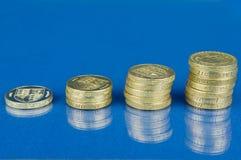 Pile aumentanti di monete di libbra Fotografia Stock