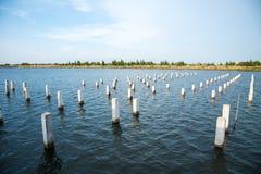 Pile blanche au milieu de l'eau se préparant au futur const photographie stock