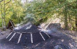 Pile brûlante de charbon de bois dans la forêt Photos libres de droits