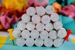 Pile créative de craies blanches entre deux bornes. Photographie stock