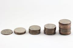 Pile crescenti di monete Fotografie Stock