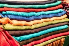 Pile d'écharpes ou de tissus colorés Photo libre de droits