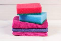 Pile d'éponge et de tissu utilisant à la maison pour nettoyer, fonctions de ménage photographie stock