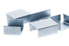 Pile d'agrafes en métal. D'isolement sur un blanc. Images stock