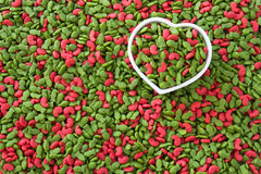 Pile d'aliment pour animaux familiers sec avec la couleur rouge dans la tasse de coeur, concept d'animal familier d'amour Image stock