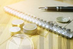 Pile d'argent de pièces de monnaie avec des finances de livre de comptes et le conce d'opérations bancaires photo libre de droits