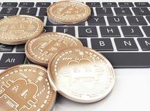pile 3d des pièces d'or de bitcoin sur un clavier d'ordinateur Images stock