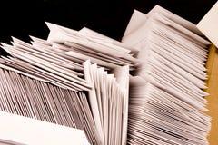 Pile d'enveloppes blanc Image stock