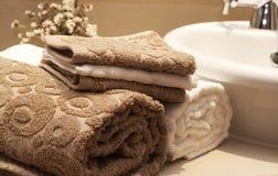 Pile d'essuie-main colorés dans la salle de bains Photographie stock