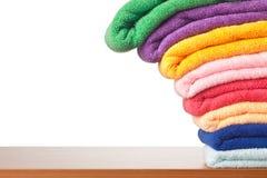 Pile d'essuie-main colorés de microfiber se renversant Photographie stock