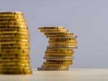 Pile d'euro cents encaissez l'euro corde de note d'argent de l'orientation cent des euro cinq Images libres de droits