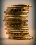 Pile d'euro cents encaissez l'euro corde de note d'argent de l'orientation cent des euro cinq Image stock