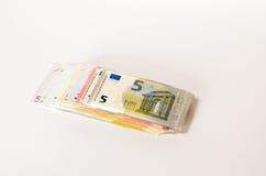 Pile d'euro notes utilisées des dénominations assorties Image libre de droits