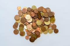 Pile d'euro pièces de monnaie d'isolement sur le fond blanc, dessus-vue photographie stock libre de droits