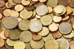 Pile d'euro pièces de monnaie modernes distribuées Photographie stock libre de droits
