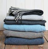 Pile d'habillement de laine chaud sur une table en bois Photos libres de droits
