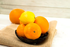 Pile d'oranges et de citrons sur la table Photo stock