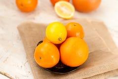 Pile d'oranges et de citrons sur la table Image libre de droits
