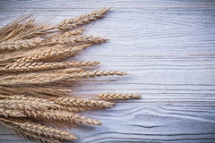Pile d'oreilles de seigle de blé sur la nourriture de conseil en bois et le concept de boissons Photographie stock