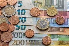 Pile d'une manière ordonnée disposée d'euro billets de banque, billets de devise en valeur dix, vingt, un et deux cents euro et d photos libres de droits