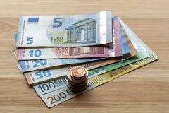 Pile d'une manière ordonnée disposée d'euro billets de banque, billets de devise en valeur dix, vingt, un et deux cents euro et d image libre de droits