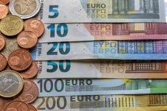 Pile d'une manière ordonnée disposée d'euro billets de banque, billets de devise en valeur dix, vingt, un et deux cents euro et d photographie stock