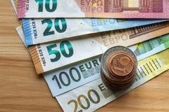 Pile d'une manière ordonnée disposée d'euro billets de banque, billets de devise en valeur dix, vingt, un et deux cents euro et d photographie stock libre de droits