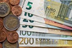 Pile d'une manière ordonnée disposée d'euro billets de banque, billets de devise en valeur dix, vingt, un et deux cents euro et d photo stock