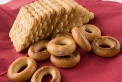Pile de bagels et de biscuits sur une serviette rouge Photo stock