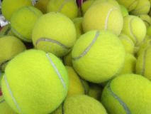 Pile de balle de tennis utilisée photo stock