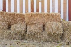 pile de balles de paille ou de foin dans un paysage rural Image libre de droits