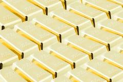 Pile de barres d'or/de lingots brillants dans la salle centrale de chambre forte/entreposage Photographie stock libre de droits