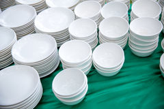 pile de beaucoup de plats blancs sur la table à se préparer au buffet de approvisionnement vaisselle pour le déjeuner et le dîner Photos libres de droits