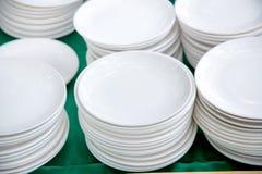pile de beaucoup de plats blancs sur la table à se préparer au buffet de approvisionnement vaisselle pour le déjeuner et le dîner Image stock