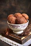 Pile de beignet frit fait maison de vanille avec de la cannelle, le sucre et le ch photographie stock