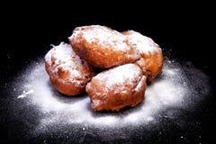 Pile de beignet hollandais également connue sous le nom d'oliebollen photo libre de droits