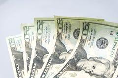 Pile de billets de vingt dollars sur le fond blanc photographie stock libre de droits