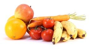 Pile de bio bananes mûres fraîches de carottes de pommes de tomates d'oranges Image libre de droits