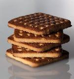 Pile de biscuits carrés avec des morceaux et de miettes sur le fond de gris d'ardoise Photos libres de droits