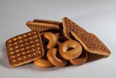 Pile de biscuits carrés avec des morceaux et de miettes sur le fond de gris d'ardoise Images stock
