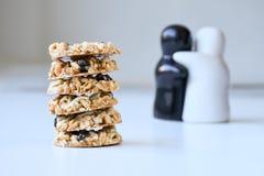 Pile de biscuits de graine sur la table l'épousant photo stock