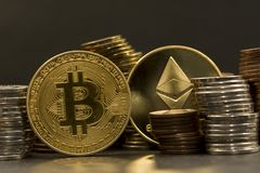 Pile de bitcoin d'argent et de cryptocurrencies, ethereum photos libres de droits