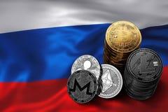 Pile de Bitcoin et d'autres cryptos pièces de monnaie sur le drapeau russe Image libre de droits
