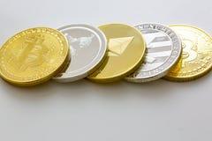 Pile de bitcoins et d'autres cryptos devises sur une table blanche photos libres de droits